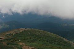 Bergen vóór regen, groen landschap met grijze hemel royalty-vrije stock foto's