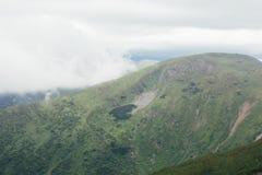 Bergen vóór regen, groen landschap met grijze hemel royalty-vrije stock afbeeldingen