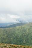 Bergen vóór regen, groen landschap met grijze hemel Stock Foto's