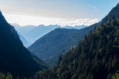 Bergen, vallei en piekenlandschap, natuurlijk milieu Wandeling in de alpen Royalty-vrije Stock Afbeelding