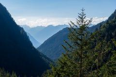Bergen, vallei en piekenlandschap, natuurlijk milieu Wandeling in de alpen Royalty-vrije Stock Afbeeldingen