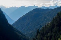 Bergen, vallei en piekenlandschap, natuurlijk milieu Wandeling in de alpen Stock Foto's