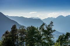 Bergen, vallei en piekenlandschap, natuurlijk milieu Wandeling in de alpen Royalty-vrije Stock Foto