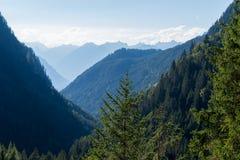 Bergen, vallei en piekenlandschap, natuurlijk milieu Wandeling in de alpen Royalty-vrije Stock Foto's