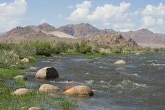 Bergen van Altai en een kleine ruwe rivier voor het Royalty-vrije Stock Afbeeldingen