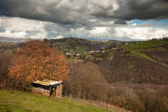 Bergen van centraal Asturias in een onweer stock foto's