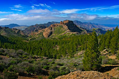 Bergen van Gran Canaria De zomerdag op islandm met rots en blauwe hemel met witte wolken Mooie wilde berg scape panor Stock Foto