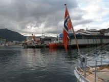 Bergen Waterfront med den norska flaggan royaltyfri foto
