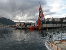 Bergen Waterfront mit norwegischer Flagge lizenzfreies stockfoto