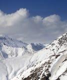Bergen in wolken bij aardige de winterdag Stock Afbeeldingen