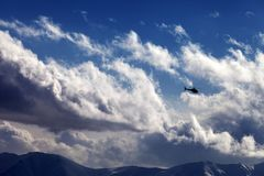 Bergen in wolken bij aardige de winterdag Royalty-vrije Stock Foto