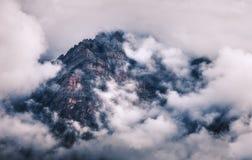 Bergen in wolken in donkere avond in Nepal Stock Afbeeldingen