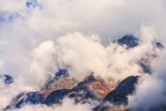 Bergen in wolken in donkere avond in Nepal Stock Afbeelding