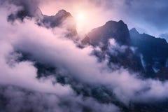 Bergen in wolken in donkere kleurrijke avond Royalty-vrije Stock Foto