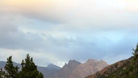Bergen in wolken Pamir, Tadzjikistan 4K stock videobeelden