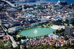 Bergen y su fuente en Noruega en un día soleado Imágenes de archivo libres de regalías