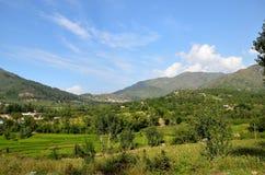 Bergenhemel en huizen in dorp van Mepvallei Khyber Pakhtoonkhwa Pakistan stock foto's
