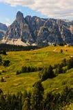 Bergenlandschap aan weg, plattelandshuisje, Sassongher en zeer aardige aard in Alta Badia, Dolomiti-bergen Italië, Europa stock fotografie