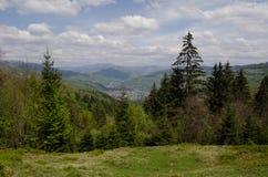 Bergenlandschap, dorpsmening vanaf de bergbovenkant Royalty-vrije Stock Afbeeldingen