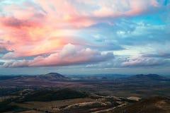 Bergenlandschap met spectaculaire hemel stock afbeeldingen