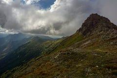 Bergenrand onder de wolken De Tatra-Bergen Royalty-vrije Stock Foto's