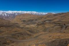 Bergenweg - Langza-Dorp, Spiti-Vallei, Himachal Pradesh stock foto