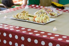 Berger и искусственные свечи на таблице партии стоковое фото rf