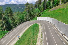 Berget Asphalt Road Overview With Dangerous vänder på 180 grad Arkivbilder