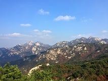 Berget förbiser staden Royaltyfri Foto