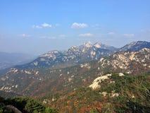 Berget förbiser staden Fotografering för Bildbyråer