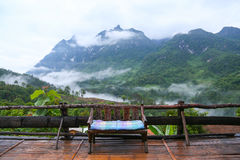 Berget i natur och skog och att känna sig bra kopplar av in dagen eller ferie i berget, Forested berglutning i lågt liggande moln Royaltyfri Bild