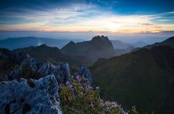 Berget i solnedgång Fotografering för Bildbyråer