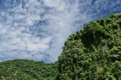 Berget i Thailand isolerade på himmelbakgrund med att fästa ihop PA Royaltyfri Fotografi