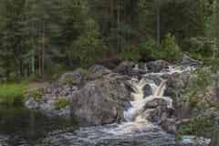 Berget parkerar och vattenfallet Arkivfoto
