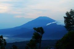 Berget ser härligt i blått Royaltyfria Foton