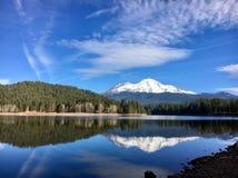 Berget Shasta är under himlen arkivbild
