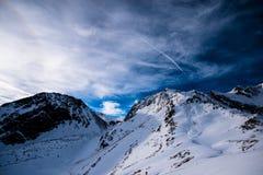 Berget skidar semesterorten arkivbilder