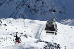 Berget skidar semesterorten Elbrus Ryssland, gondolelevatorn, landskapvinterberg Arkivbild