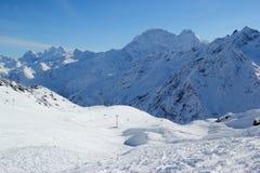 Berget skidar semesterorten Elbrus Ryssland, gondolelevatorn, landskapvinterberg Royaltyfria Bilder