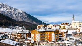 Berget skidar semesterortstaden i himlen timmar liggandesäsongvinter Arkivfoto