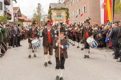 Berget skyddar kompanie Traunstein med handelsresanden och musikbandet Arkivfoton