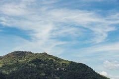 Berget som beskådas från Keken Lok Si Temple, är en buddistisk tempel i Penang och är en av de bästa bekanta templen på ön arkivbild