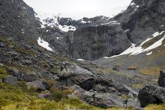 Berget som täckas fortfarande av snö under försommar i Nya Zeeland Fotografering för Bildbyråer