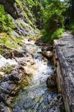 Berget strömmar landskap med trottoarer och folket Fotografering för Bildbyråer