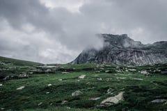 Berget täckas i dimma Liggande huvud arkivbilder