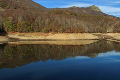 Berget tar färg under hösten Royaltyfria Bilder