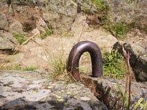 Berget vaggar detaljen med rostigt metalliskt objekt royaltyfri foto
