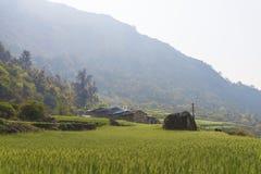 Bergfält och by Royaltyfria Bilder