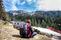 Bergferier fotvandra Kvinna och natur Ryggsäck bakom royaltyfria bilder