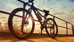 Bergfiets die tegen sporen wordt geparkeerd royalty-vrije stock foto's